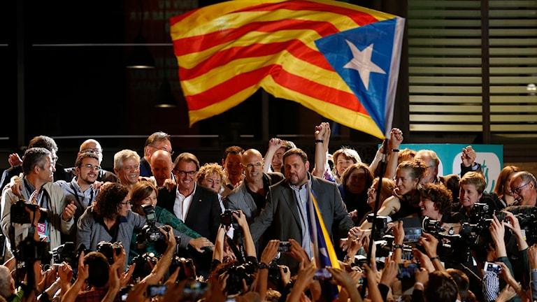 Katalaner viftar med självständighetsflagga. Foto: Manu Fernanddez/TT.