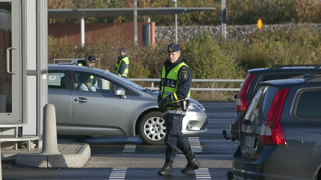 Bilden visar tullare som kontrollerar bilar vid betalstationen på den svenska sidan av Öresundsbron. Foto: Drago Prvulovic/TT.