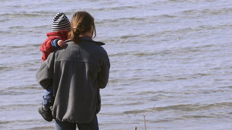 En mamma som håller i sitt barn. Foto: Hasse Holmberg/TT.
