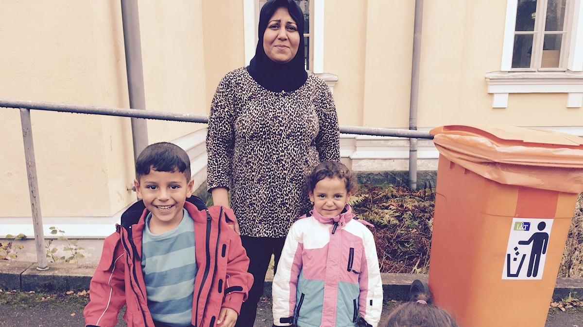 Asylsökande kvinna med barn. Foto: Thella Johson/Sveriges Radio.