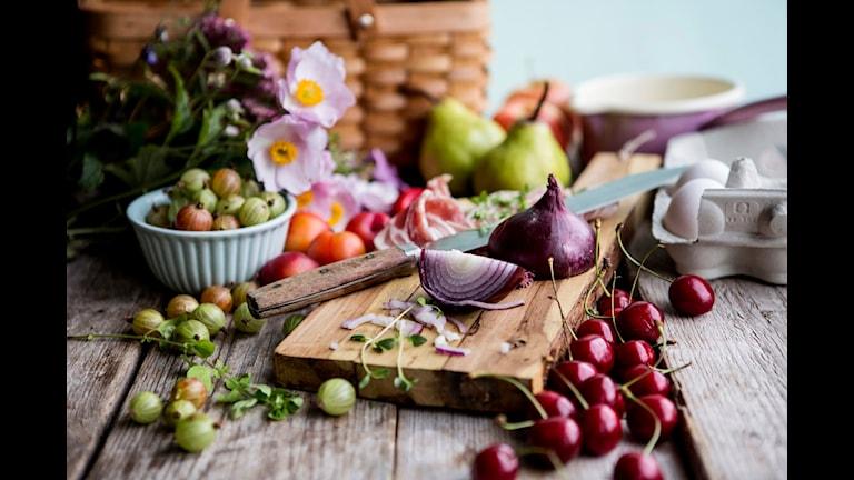 Frukt och grönsaker på skärbräda. Foto: Christine Olsson / TT