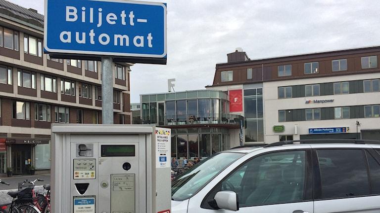 Den här parkeringsautomaten vid Fisktorget i Falun måste bytas ut för att de nya mynt ska passa. Foto: Lisa Linder Lindberg / Sveriges Radio