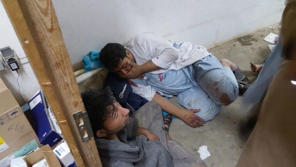 Chockad personal vid det som finns kvar av Läkaren utan gränsers sjukhus i Kunduz. Foto: Läkare utan gränser.