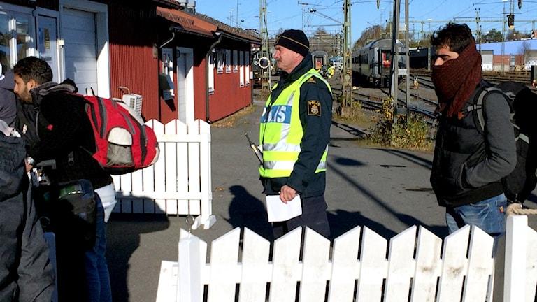 Många av de flyktingar som stiger av nattåget i Luleå är inte förberedda på kylan. Foto: Ulf Larsson/Sveriges Radio.