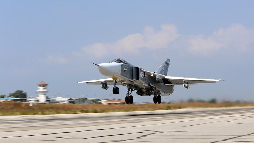 Ryskt SU-24M-flyg lyfter från Hmeimim-basen i Syrien. Foto: Alexander Kots/TT