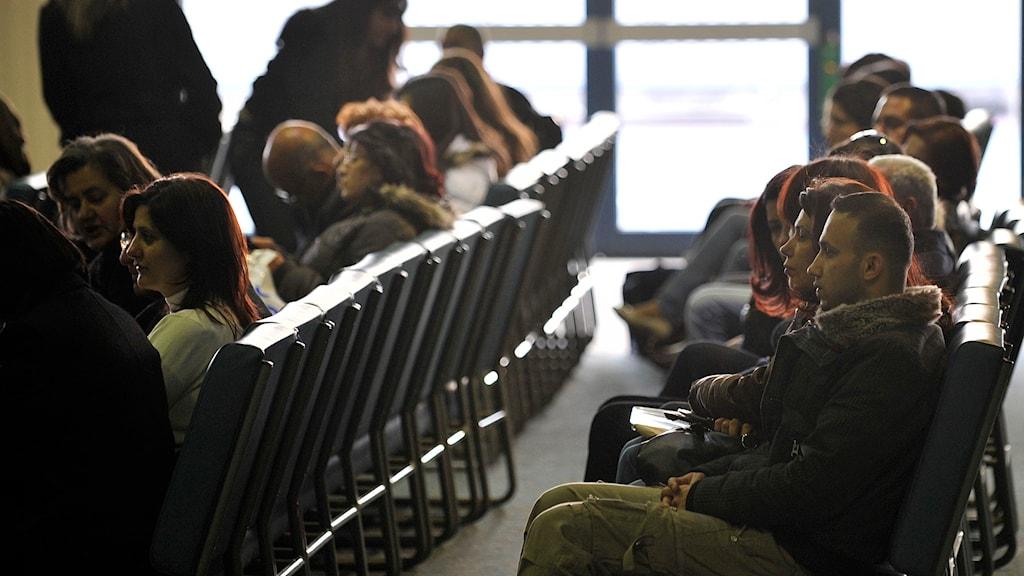 Irakiska flyktingar väntar vid Hannovers flygplats. Foto Axel Heimken