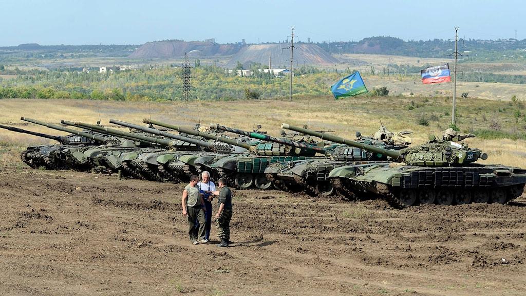 Ryska separatister står framför stridsvagnar i östra Ukraina. Foto: Anton Volk.