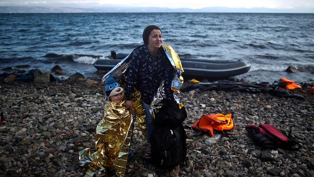 En syrisk kvinna och hennes barn på ön Lesbos strand, en av vägarna till Europa. Foto: Muhammed Muheisen/TT.