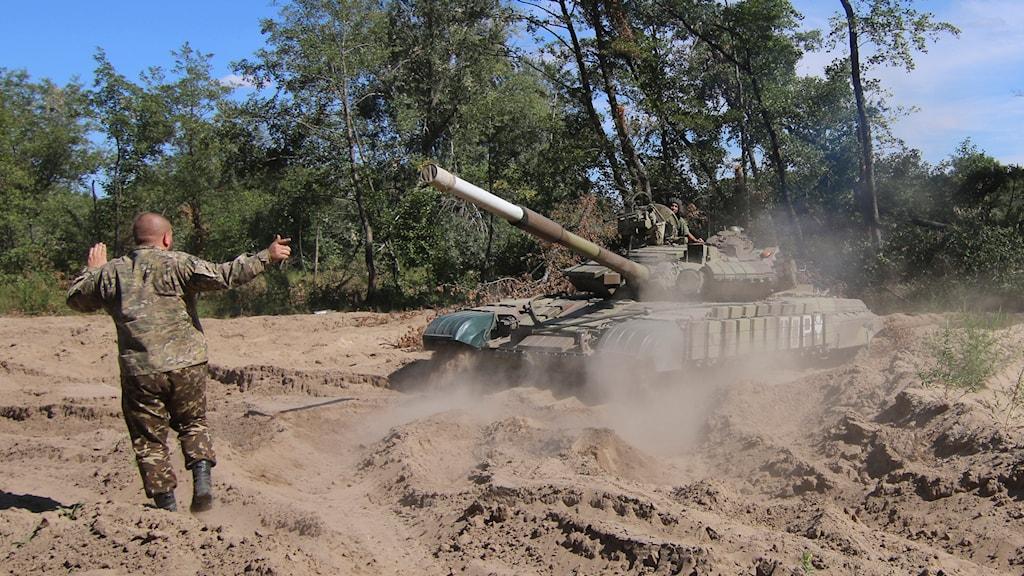 En ukrainsk stridsvagn förbereder sig för att lämna Schastya vid frontlinjen i Luhansk, Ukraina. Foto: Olexander Shulman /TT