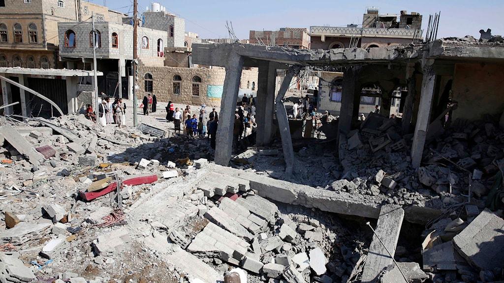Människor inspekterar hus som bombats sönder i Jemens huvudstad Sanaa. Foto: Hani Mohammed/TT.