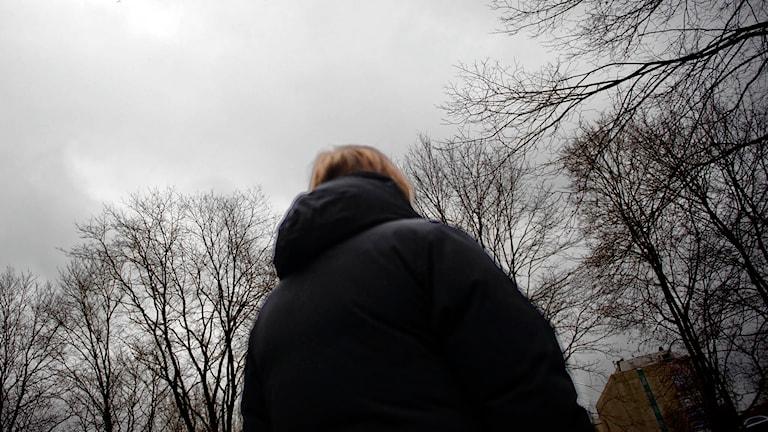 En kvinna med mörk jacka står med ryggen mot kameran. Foto: Marc Femenia/TT.