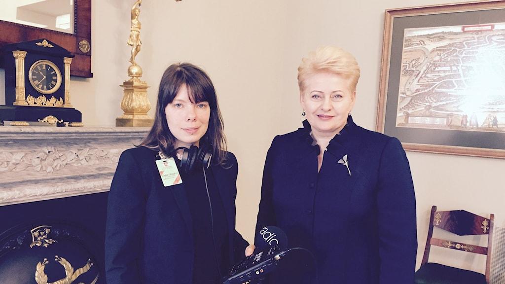 Sveriges Radios korrespondent Thella Johnson med Litauens president Dalia Grybauskaitė. Foto: Sveriges Radio