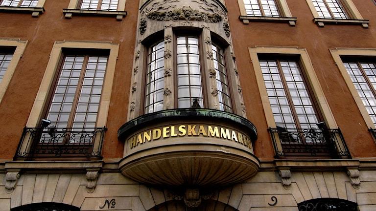 Burspråk höga fönster Handelskammaren i guldtext