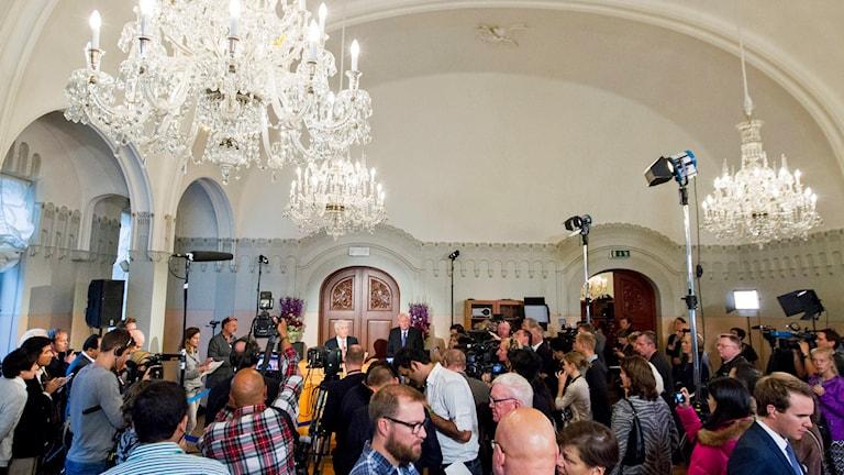 Människor samlade i pampig sal vid Nobelinstitutet i Oslo. Foto: Vegard Wivestad Grøtt/TT.