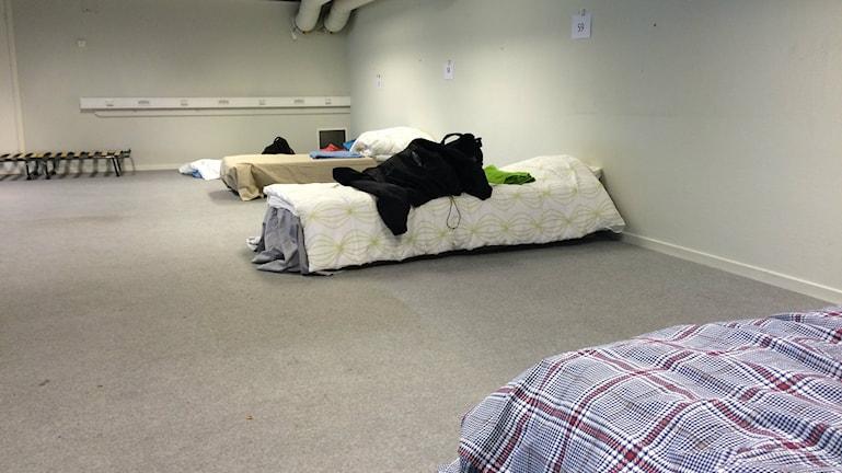 Bilden visar madrasser på golvet i vad som var en kontorslokal i fd Dux lokaler, Trelleborg. Foto: Anna Bubenko/Sveriges Radio.