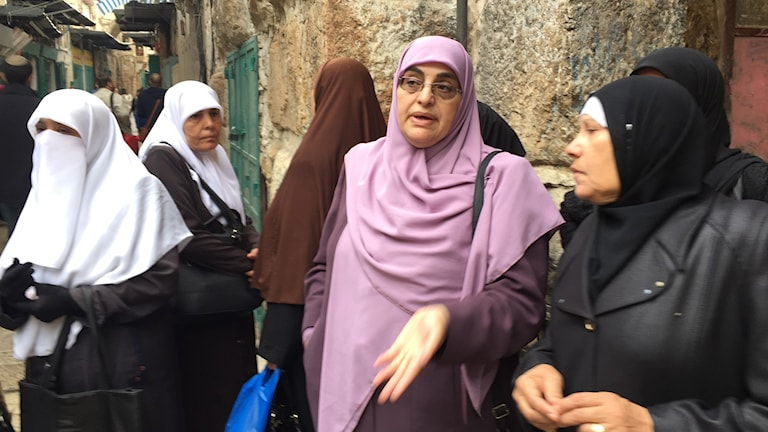 Zeina Amr deltar i mourabiton, de kvinnor som hamnat på svarta listan och inte får komma in på Tempelberget eftersom de protesterar högt mot att judar är där.