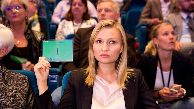 Partiordförande Ebba Busch Thor under Kristdemokraternas rikstings omröstning om partiet ska lämna decemberöverenskommelsen . Foto: Per Groth / TT