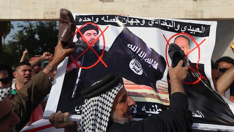 Protester mot IS och ledaren för islamiska staten Abu Bakr al-Baghdadi i Baghdad Iraq Foto: Hadi Mizban/AP
