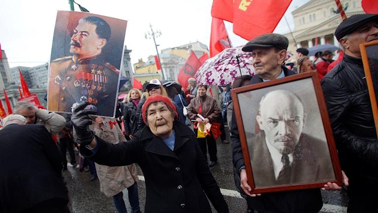 Manifestation i Moskva där människor bär bilder av Stalin och Lenin. Foto: Denis Tyrin/AP.
