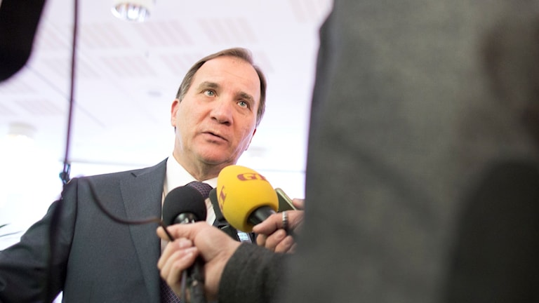 Statsminister Stefan Löfven (S) talar med journalister. Foto: Björn Larsson Rosvall/TT.