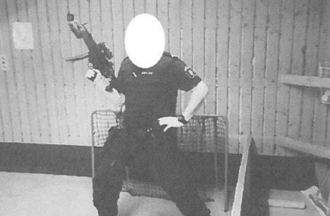 En polisman poserar med ett skjutvapen. Foto: Polisen