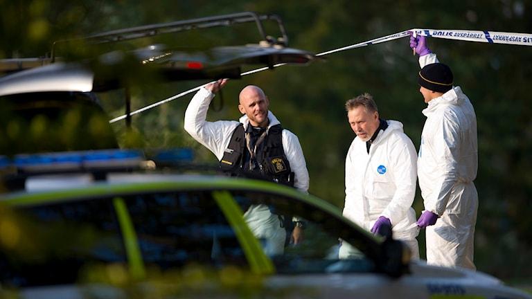 Poliser vid platsen där två bröder sköts ihjäl i Vallåkra. Foto: Björn Lindgren/TT