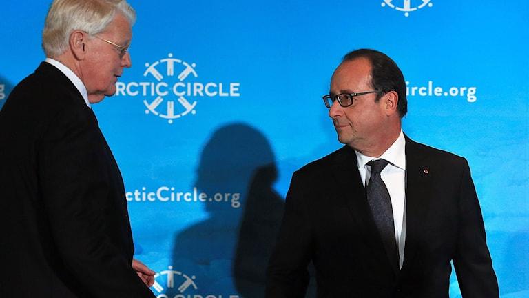 Islands president och Frankrikes framför en ljusblå fondvägg.