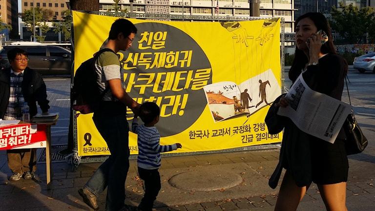 I Seoul hålls demonstrationer mot regeringens beslut att införa en enda statligt godkänd historiebok för elever. Oppositionen misstänker att den nuvarande presidenten ska skönmåla militärdiktaturen under henens egen far. Foto: Hanna Sahlberg/Sveriges Radio.
