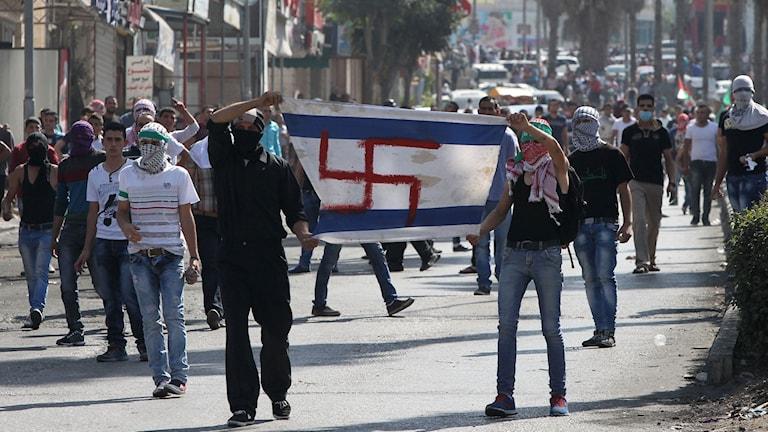 Palestinier under en demonstration i Hebron. Foto: Hazem Bader/TT-AFP