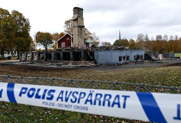 Bild på polisens avspärrningar runt de rykande resterna av skolan i Kånna som skulle bli asylboende. Foto: Johan Nilsson/TT