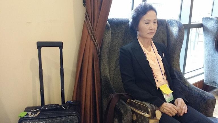 Sydkoreanska Shin Yeon-Ja, 66 år, ska strax gå på bussen för att träffa sin far som varit försvunnen hela hennes liv. För bara en månad sedan fick hon meddelande om att han lever och nu ska få lov att möta henne under en kort återförening i Nordkorea. Foto: Hanna Sahlberg/Sveriges Radio.