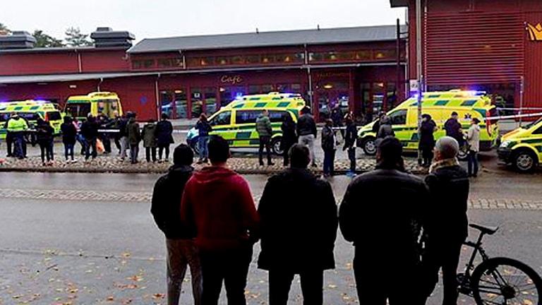 En person har skjutits av polis vid en skola i Trollhättan. Mannen ska  enligt uppgift dc0c0001a0660