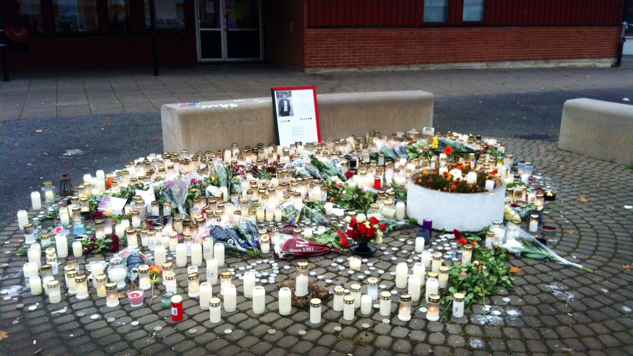 Mängder av ljus och blommor har placerats ut framför den skola där knivattackerna ägde rum. Foto: Alexandra Svedberg/Sveriges Radio.