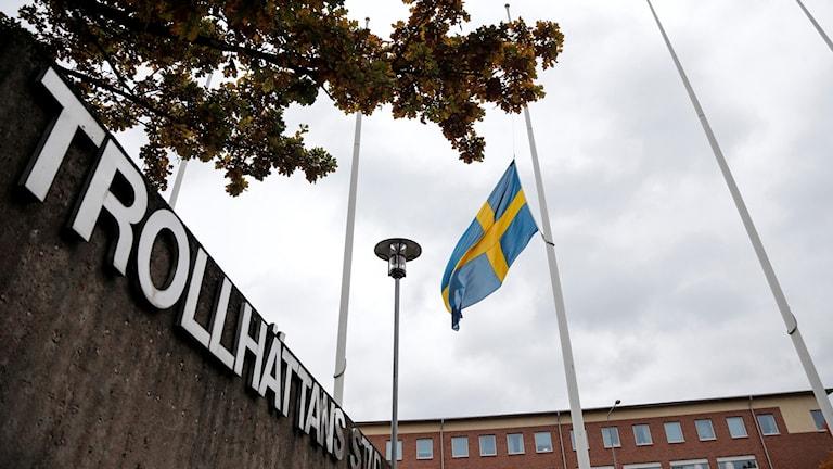 laggan på halv stång utanför stadshuset i Trollhättan på lördagen. Foto: Adam Ihse / TT