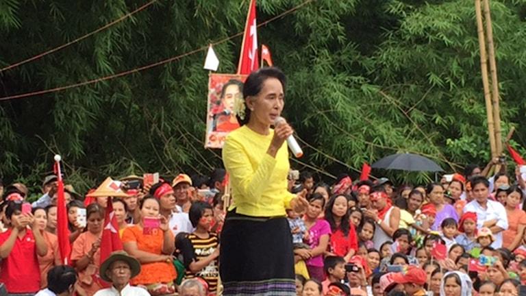 Aung san Suu Kyi valtalar inför entusiastisk publik. Bild Margita Boström/Sveriges Radio