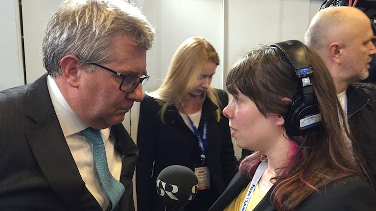 Ryszard Czarnecki, europaparlamentariker för PiS, Lag och Rättvisa som kommer att ta över regeringsmakten i Polen. Han intervjuas på valvakan av Sveriges Radios korrespondent Thella Johnson. Foto: Marcin Przasnek