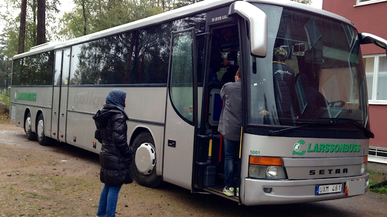 De asylsökande vägrar gå ur bussen i Fredriksberg. Foto: Anna Lindgren/Sveriges Radio
