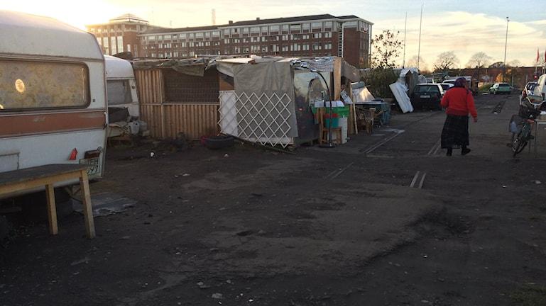 Bilden visar några av husvagnar och skjulen på EU-migranternas läger på Industrigatan i Malmö. Foto: Anna Bubenko/Sveriges Radio.