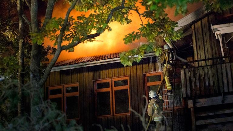 Furulidsskolan i Onsala i Kungsbacka började brinna på lördagskvällen. Skolan är inte i bruk för tillfället, utan var tänkt för att användas som boende för asylsökanden. Foto:  Björn Larsson Rosvall / TT.