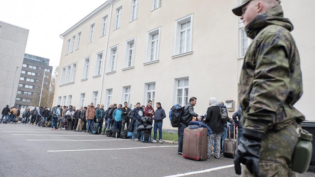 Asylsökande väntandes utanför mottagningscentret i Torneå, Finland. Arkivfoto: Panu Pohjola / AP / TT