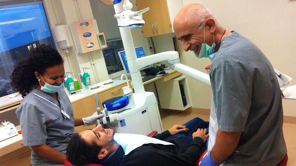 Ruth Tesfai, tandsköterska, och Saad Al-Ghareeb, tandläkare, behandlar en nyanländ man.