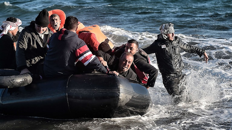 Flyktingar i gummibåt. Foto: AFP/TT.