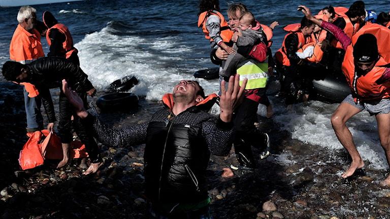 Flyktingar i gummibåt. Foto: Aris Messinis/TT.