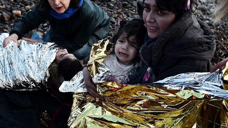Kvinnor och barn. Foto: Aris Messinis/TT.