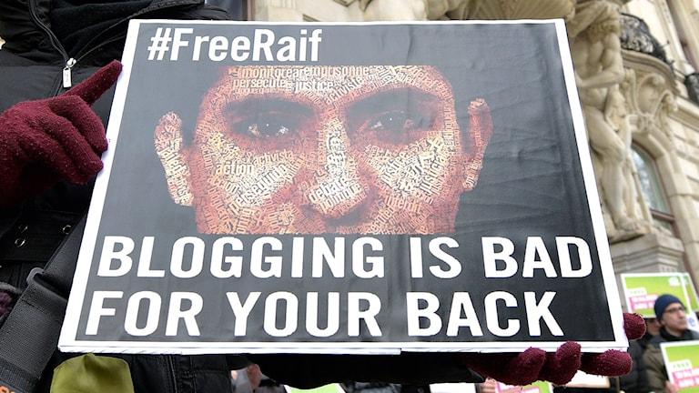 Affisch med bild på den saudiske bloggaren Raif Sadawi. Arkivfoto: Hans Punz/AP/TT.