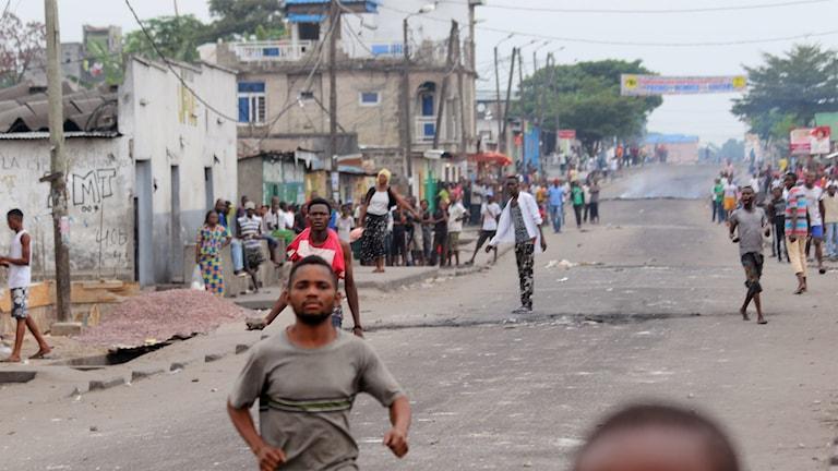 En springande demonstrant efter våldsamheter i samband med det försenade presidentvalet i landet.