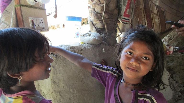 Choti och Annapurna vid hemmets nya strömbrytare
