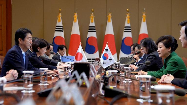 Japanska premiärministern Shinzo Abe till vänster, och Sydkoreas president Park Guen-hye till höger. Foto: Song Kyung-seok/TT.