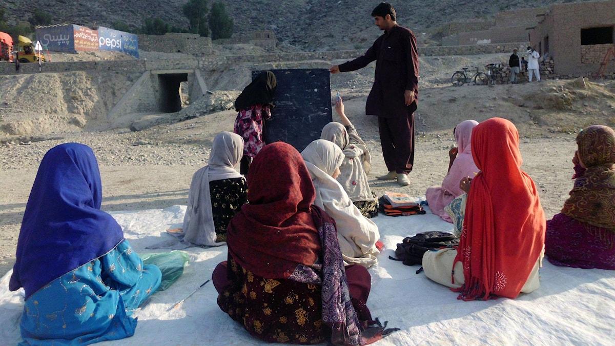 Afghanska flickor som går i skolan.