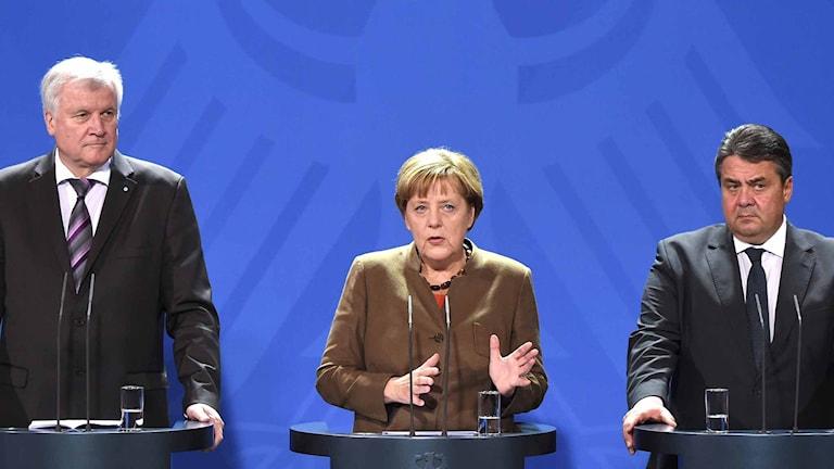 Horst Seehofer, ledare för kristdemokraternas systerparti i Bayern, Angela Merkel förbundskansler och socialdemokraten Sigmar Gabriel. Foto: Bernd von Jutrczenka/TT.